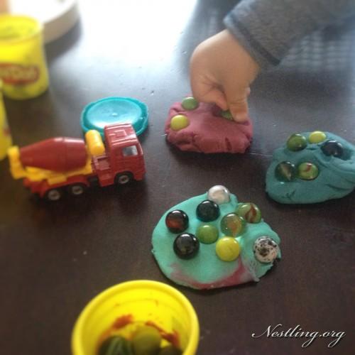 Mädchen benutzt mehrere Spielzeuge